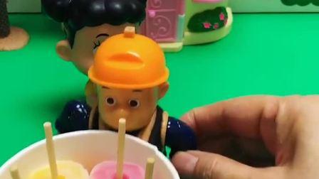 光头强在吃冰淇凌,嘟嘟看到了想吃,白雪姐姐给嘟嘟做冰淇凌