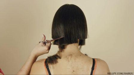 国外两个美女互相剪长发剃长发