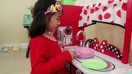 萌娃玩游戏:萌娃小可爱来制作蛋糕,姐姐也来帮忙,萌娃:好香啊