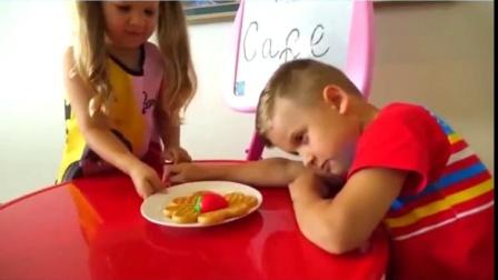 萌娃玩游戏:萌娃小可爱端着面包送给弟弟,弟弟睡着了,姐姐把他叫了起来