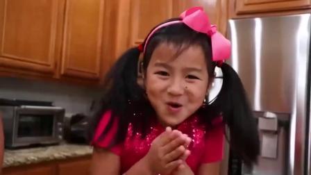 萌娃玩游戏:萌娃小可爱来制作蛋糕,放上水果奶油,萌娃:好好吃啊