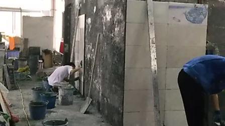 杭州李师傅操练铺贴卫生间的墙面瓷砖培训课程验收合格