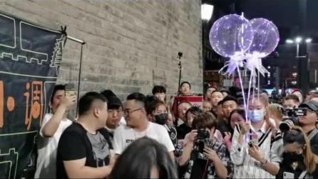 街头音乐:火箭少女张紫宁,来西安城门洞助阵草根,粉了!