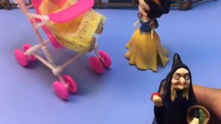 王后帮贝儿公主看孩子,不帮白雪公主,巫婆婆来帮白雪看孩子