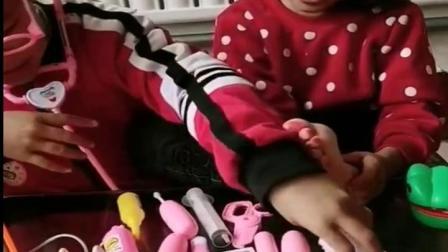 儿童姐妹玩游戏:小妹妹的脚被鳄鱼咬出血啦