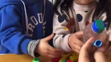 童年趣事:两个小宝贝在吹气球