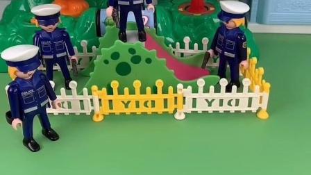 警察叔叔说怪兽要来,他们就藏在游乐场里面把怪兽抓住了!