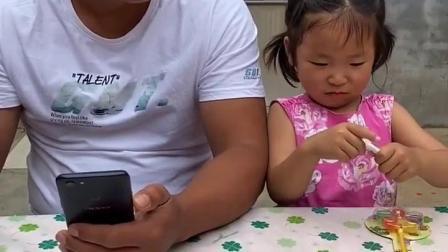少儿益智;妹妹在偷看手机呢