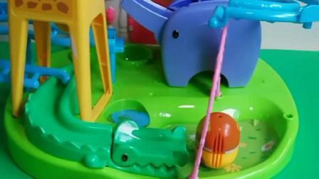 乔治的动物乐园特别好玩,佩奇也喜欢玩!