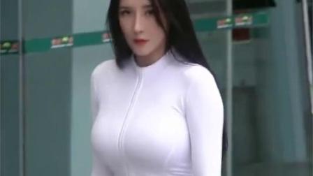 身材超级棒的女神,再搭配一身白色紧身衣
