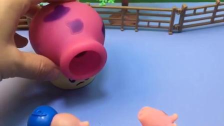 小猪佩奇来找蘑菇炮,原来蘑菇炮抓了乔治,佩奇看到两个乔治