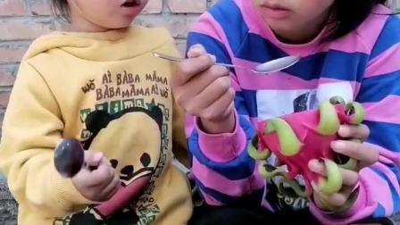 童年趣事:姐姐太小气了,就给了一点点,还不够塞牙缝!哼