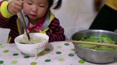 妈妈,你也太偏心了,给妹妹好的,只给我菜