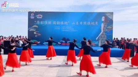蓝天碧海金沙滩。涛雒芳华舞蹈队在大美的日照万平口演绎《心上的罗加》。优美的情歌,令人陶醉神往。