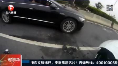 惊险一幕!司机一个小动作,保时捷直撞马路牙子