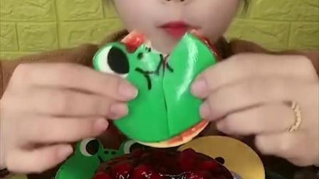 美女试吃果酱配上饼干, 酸酸甜甜很好吃!