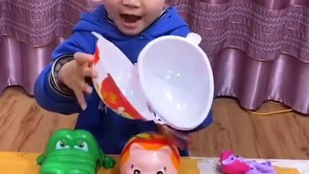 趣味童年:和妈妈一起玩青蛙吃豆子