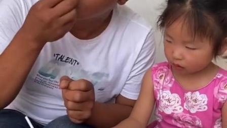 童年趣事:爸爸太坏了,把小宝贝的零食都吃了