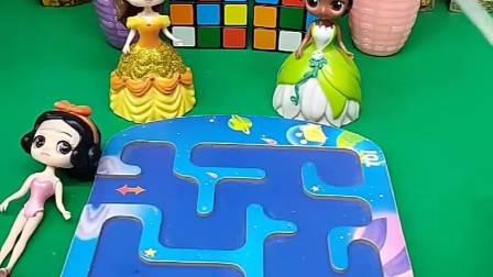 谁的陀螺转到小白雪身边,谁就可以当白雪的姐姐,青蛙公主和贝儿公主谁会赢呢?