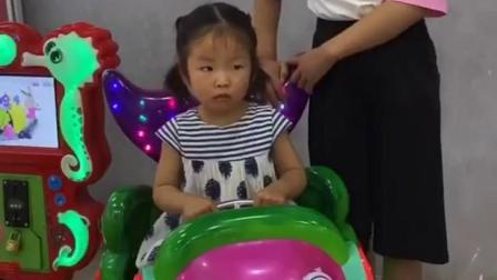 童年趣事:这个摇摇车怎么是旋转的啊