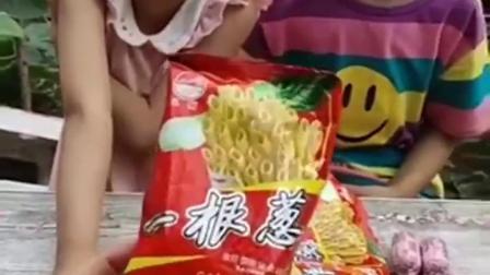 童年趣事:姐妹俩吃零食太疯狂了