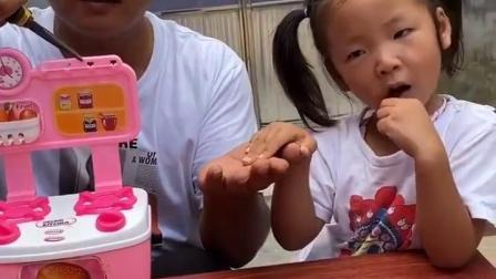童年趣事:爸爸吧妹妹玩具弄坏了