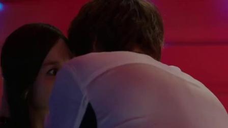 城市猎人:美男和女友闹分手,见到旁边美女就亲吻,太有意思了!