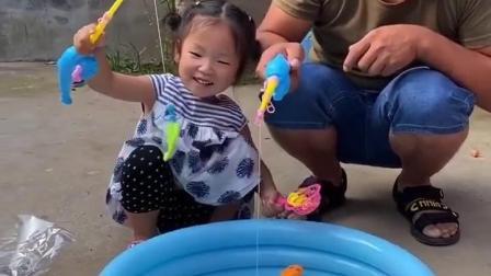 童年趣事:爸爸和妹妹一起钓鱼呢