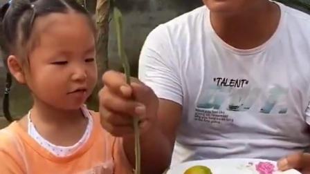 欢乐的童年:依依爸爸怎么什么都吃啊?