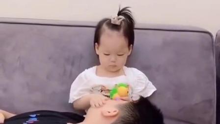 躺在妹妹身上装睡会发生什么事?