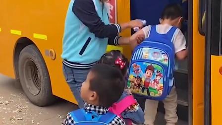 快乐的童年:爸爸送小朋友去上学