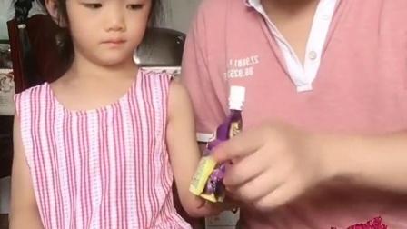 童年趣事:爸爸和宝宝比赛吃火龙果