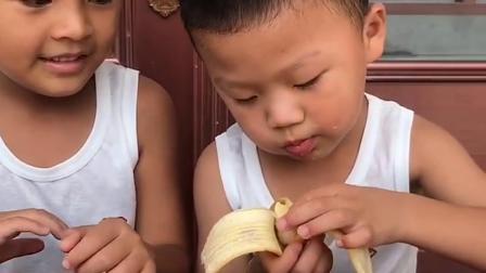 童年趣事:妈妈来分香蕉啦