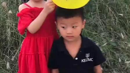 童年趣事:哥哥这是要把气球摁爆吗