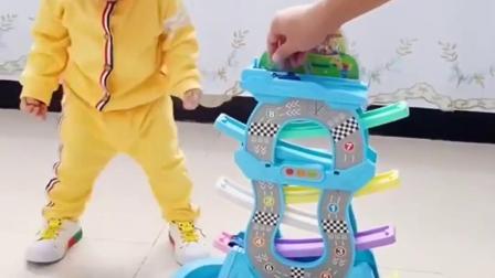 无忧无虑的童年:爸爸给儿子买的滑翔小汽车。