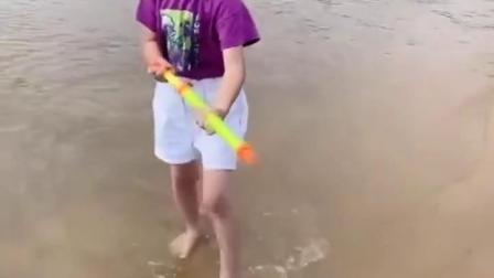 快乐的童年:小晨和妈妈玩水枪