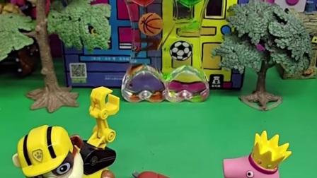 小丽在寻求帮助,小猪佩奇帮小丽救了她的孩子,佩奇真善良