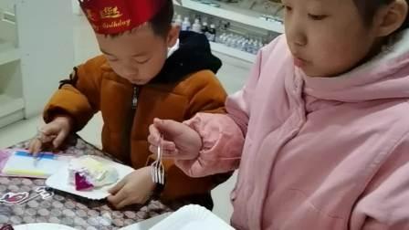 王耀鸿6周岁生日吃蛋糕视频