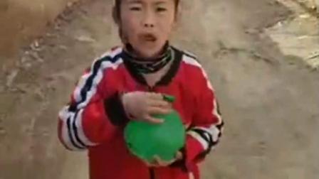 亲子游戏:妈妈就给琪琪用个气球当水瓶了