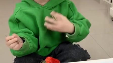 金色时光:宝贝挑草莓种子,可真有耐心