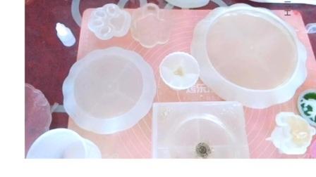 水晶玻璃糖果罐(水晶杯),水晶玻璃猫爪收纳盒,蛋糕盘,水晶玻璃烟灰缸,水晶相框。 Pot à bonbons en verre cristal (coupe e