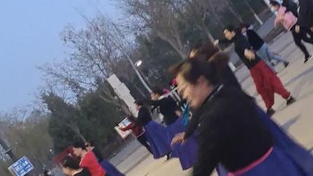 蒙古舞教与学排练现场,蒙古舞技巧大全,_网打尽,好看又好学。内蒙古乌海市乌达区市民精心排练蒙古舞为建党百年献礼。