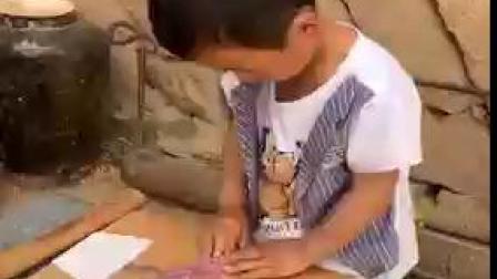 小孩爱做蛋糕
