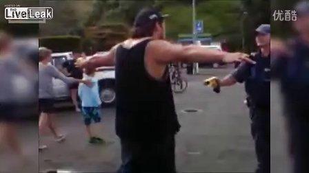 警察盘查中被一伙暴徒围攻