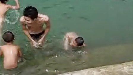 【拍客】实拍16岁少年裸体露鸡鸡游泳