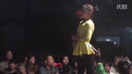 【拍客】9岁女童展示柔功高空板凳上下腰口叼花朵惊爆全场