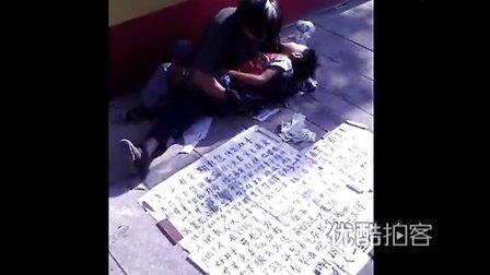 【拍客】男子抱男童乞讨漏洞百出疑被拐儿童