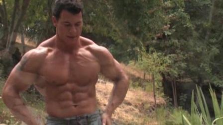 健美写真 - 中年男子的河边肌肉造型