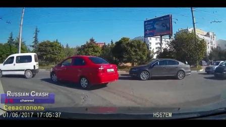 监控拍摄:老婆在眼皮底下被轿车撞了,老公的做法太解气