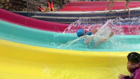【6岁】6-5哈哈水上滑滑梯精彩慢动作回放,水花飞舞IMG_2697